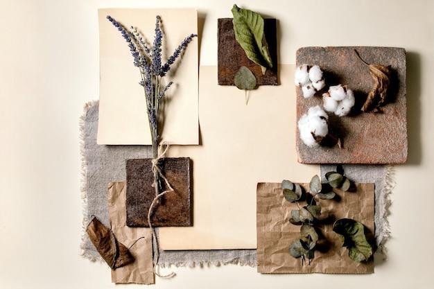 크리 에이 티브 레이아웃 추상 형상 빈 사각형 자연 재료 종이, 섬유, 나무 및 마른 잎과 꽃과 돌. 평평하다. 모든 제품을위한 공간.