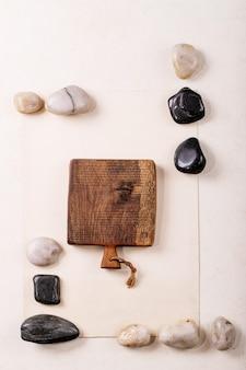 자연 재료 종이, 목재 및 석재로 창의적인 레이아웃 기하학 사각형. 평평하다.