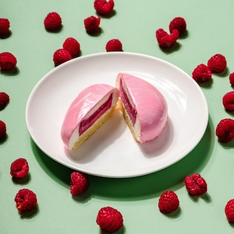 ハードライトのラズベリーベリーとチーズケーキで作られた創造的なレイアウト。ハードシャドウ、最小限のフラットレイアウトスタイル。食品のコンセプト