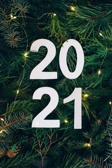 Креативный макет из веток елки с белыми цифрами 2021