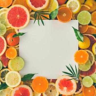 흰 종이 카드 메모와 함께 과일로 만든 창의적인 레이아웃