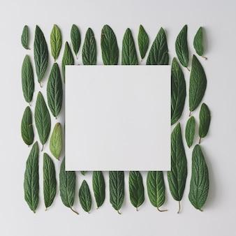 緑の葉で作られたクリエイティブなレイアウト。