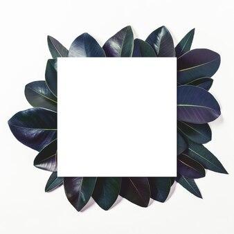 종이 카드 메모와 함께 보라색 잎으로 만든 크리 에이 티브 레이아웃