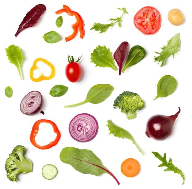 トマトスライス、タマネギ、キュウリ、バジルの葉で作られた創造的なレイアウト