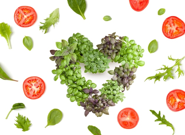 トマトのスライスとレタスのサラダの葉で作られたクリエイティブなレイアウト。
