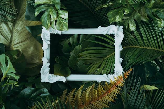 빈티지 프레임 열대 잎으로 만든 창조적 인 레이아웃. 자연 개념.
