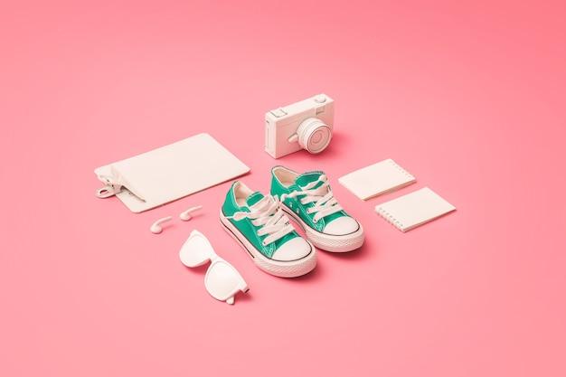 파스텔 핑크 배경에 녹색 운동화와 학교 또는 사무실의 크리 에이 티브 레이아웃을 제공합니다. 최소한의 개념.