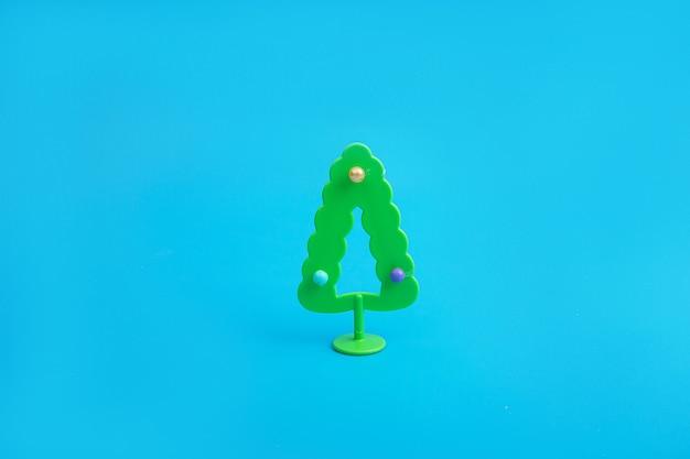 Креативный макет с елкой. минимальная зимняя сцена праздника природы.