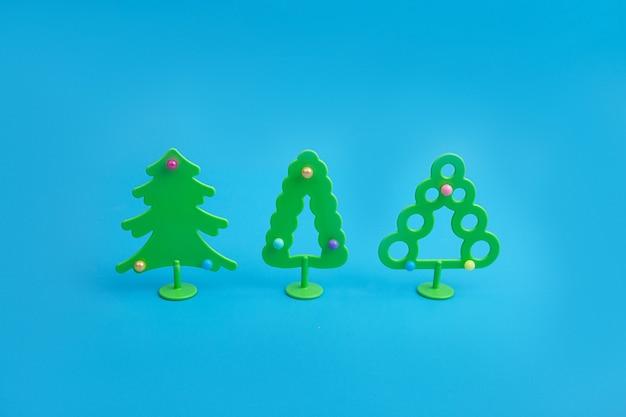 Креативный макет с елками. минимальная зимняя сцена праздника природы.