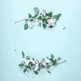 개화 사과 꽃과 잎으로 창조적 인 레이아웃
