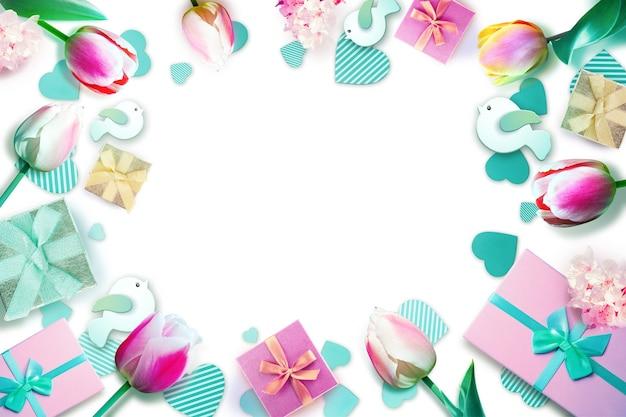 Креативный макет с цветами и подарками. минимальная концепция весны. предпосылка природы.