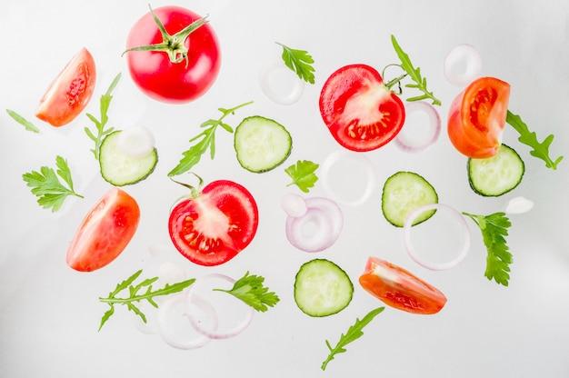 新鮮なサラダ食材を使ったクリエイティブなレイアウト