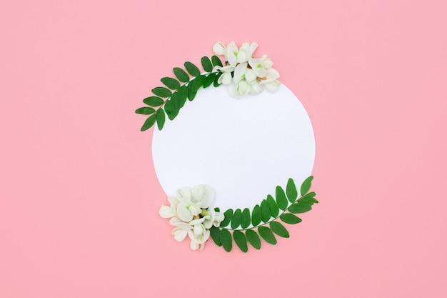 밝은 분홍색에 흰색 꽃이있는 독창적 인 레이아웃