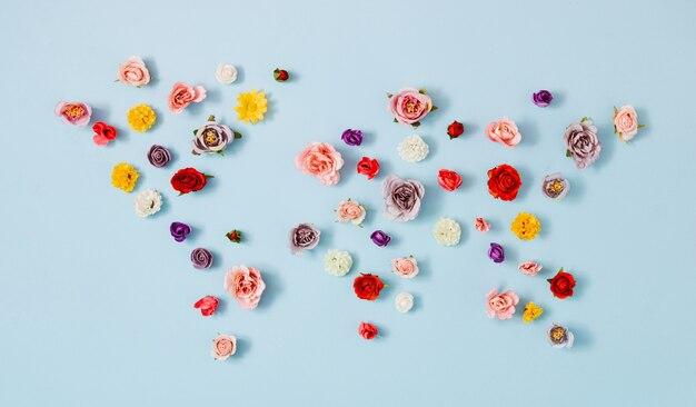 さまざまな春の花の表面で作られたクリエイティブなレイアウトの世界地図