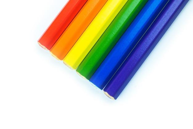 クリエイティブなlgbtlgbtqフラグ、ゲイとレズビアンのコミュニティ、性的マイノリティと寛容の概念、白い背景に色鉛筆、上面図とコピースペースの写真