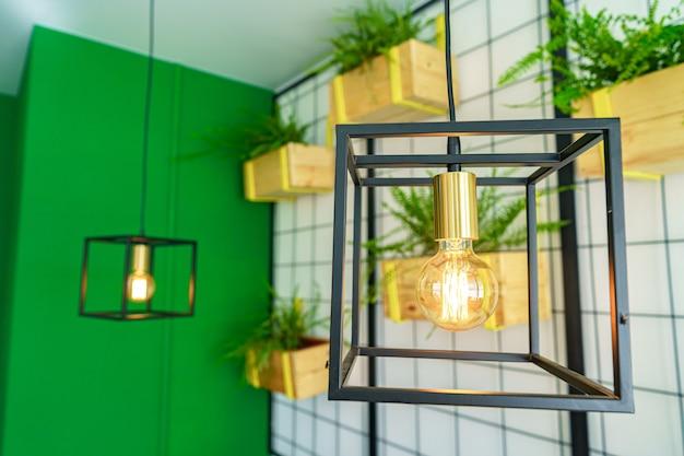 分離された輝く電球を備えたクリエイティブなロフトスタイルのランプ