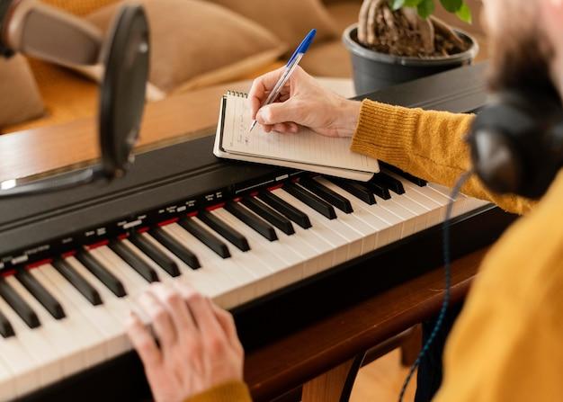 Творческий человек, исполняющий песню дома