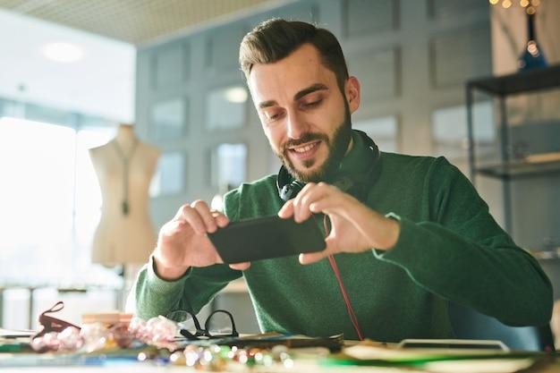 スマートフォンで写真を撮る創造的な男