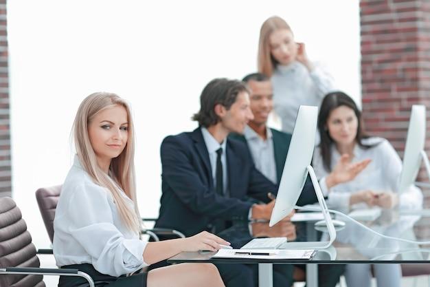 Команда креативных менеджеров работает с новым проектом в современном офисе. фото с копией пространства