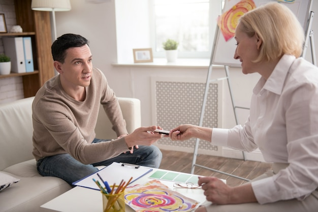 Творческий метод. серьезный привлекательный мужчина посещает психолога, принимая маркер