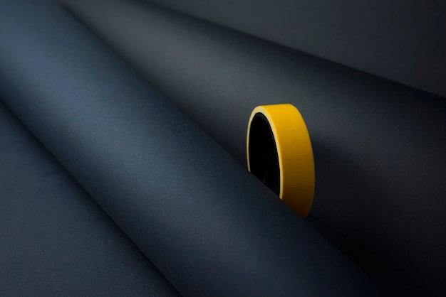 노란색 테이프 개체 추상적인 배경이 있는 창의적인 최소한의 종이입니다. 컬러 접착 절연 덕트 테이프 텍스처 아이디어 개념이 있는 압연 용지.