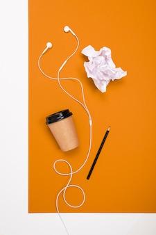 빈 테이블 공간에 크리 에이 티브 미니멀리즘 커피 컵