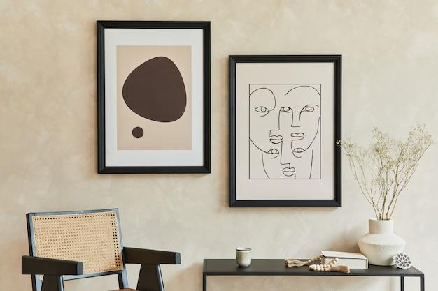 2つのモックアップポスターフレーム、黒い幾何学的な箪笥、アームチェア、パーソナルアクセサリーを備えたスタイリッシュでモダンなリビングルームのインテリアの創造的なミニマルな構成。ニュートラルカラー。レンプレート。