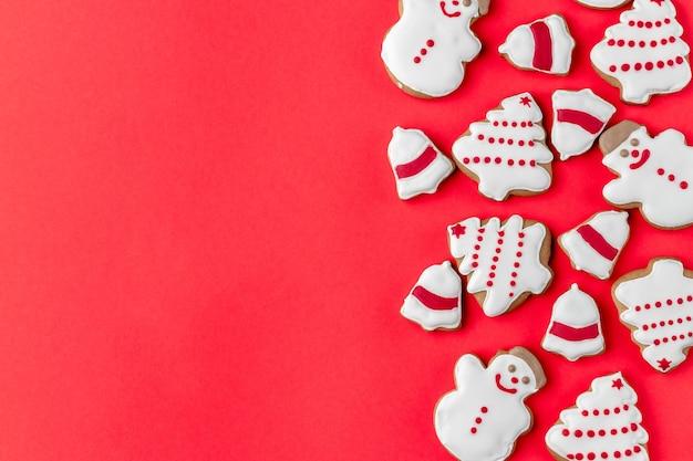 Креативный макет со снеговиком в форме печенья, колокольчиком и елкой на ярком фоне