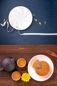 크리 에이 티브 월병 월병 디자인 영감, 나무 테이블 개념, 평면도, 평면 누워 과자와 차와 함께 중추절에 달을 즐기십시오