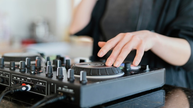 Творческий музыкант, практикующий дома