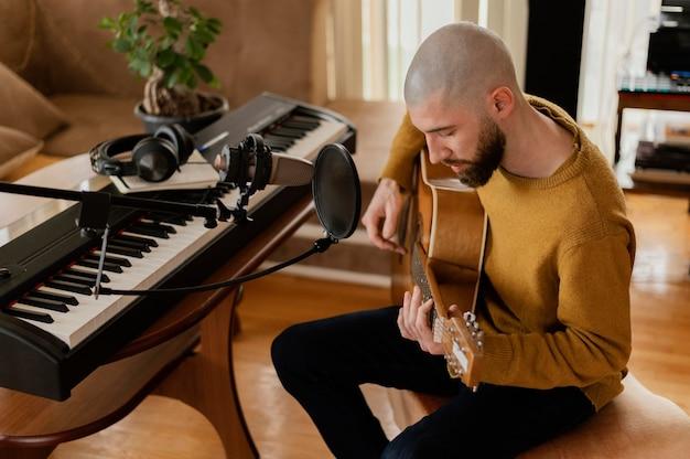 Творческий музыкант, практикующий в помещении
