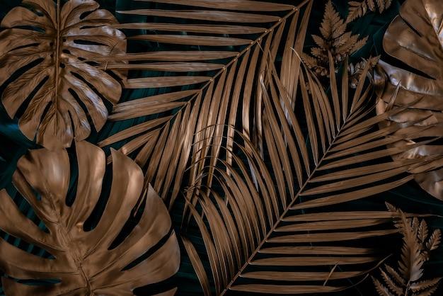 Креативная природа фон золото и зеленый тропический монстера и пальмовые листья минимальный летний фон