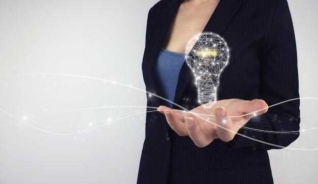 창의적인 새로운 아이디어. 혁신, 브레인스토밍. 혁신을 위한 손 잡고 전구