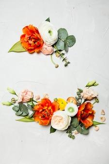 크리에이 티브 오렌지와 베이지색 꽃은 휴일 인사말을 위한 평평한 누워 테두리