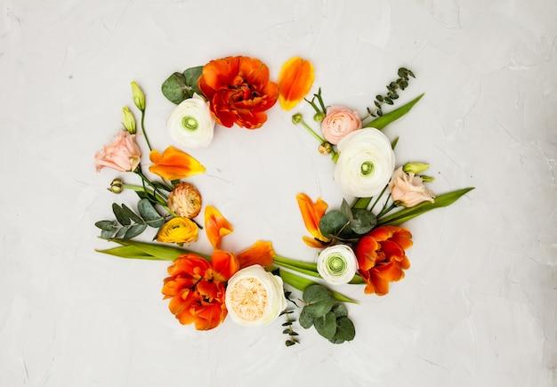 디자인을 위한 크리에이 티브 오렌지와 베이지색 꽃 플랫 레이 프레임