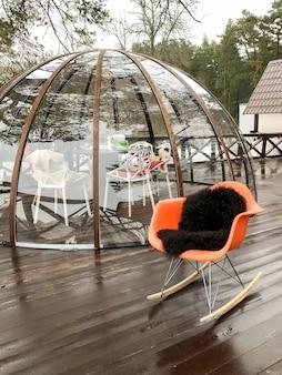 코로나 바이러스 코로나 19 유행 기간 동안 거품에 창의적인 야외 식탁. 사회적 거리. 프리미엄 사진