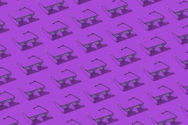 濃い影のある紫色のコンピューター画面、電話、テレビでの作業に使用する保護ピクセルグラスのクリエイティブなパターン。