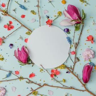 복사 공간 화려한 봄 꽃으로 만든 크리 에이 티브 패턴
