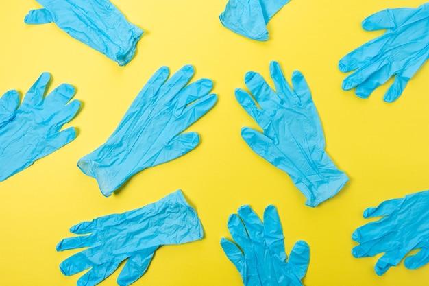 明るい背景にラテックス医療用手袋で作られた創造的なパターン。