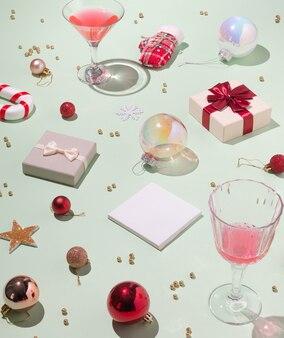 Креативный узор из бокала шампанского, различных рождественских украшений и подарочных коробок