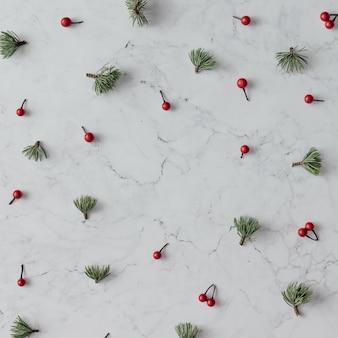 대리석 테이블에 크리스마스 장식의 크리 에이 티브 패턴입니다. 휴일 개념. 평평하다.