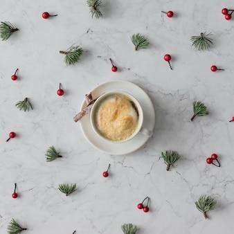 Творческий образец рождественского украшения с чашкой кофе на мраморном столе. концепция праздника. плоская планировка.