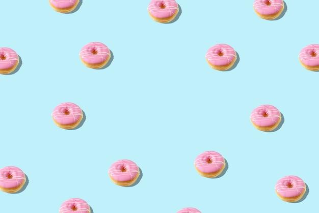 Творческий образец с пончиком на синем фоне.