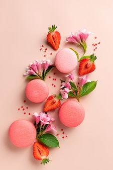 Креативный узор с макарунами, клубникой, цветами, сладостями