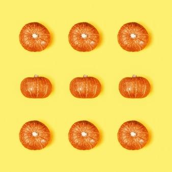 小さな丸いオレンジ色のカボチャとクリエイティブなパターン