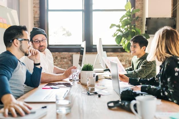 スタートアップ企業でプロジェクトについて話し合うクリエイティブな人々