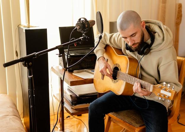 집에서 노래를 연습하는 창조적 인 사람