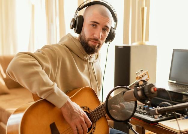 Творческий человек, разучивающий песню дома
