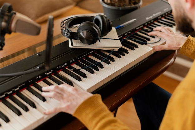 屋内で音楽を練習する創造的な人