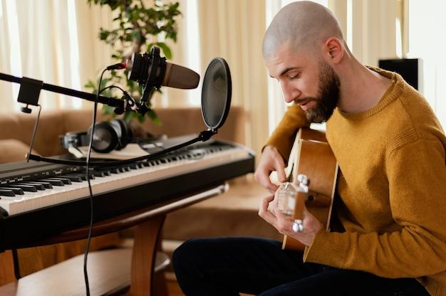Творческий человек, занимающийся музыкой в помещении
